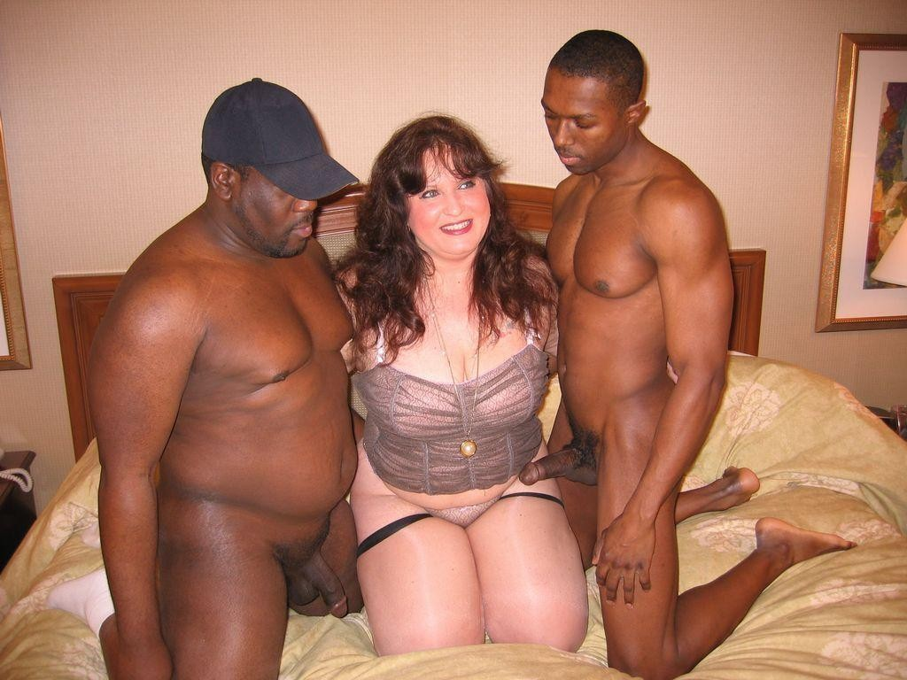 African sluts sharing long white dong in threesome 9
